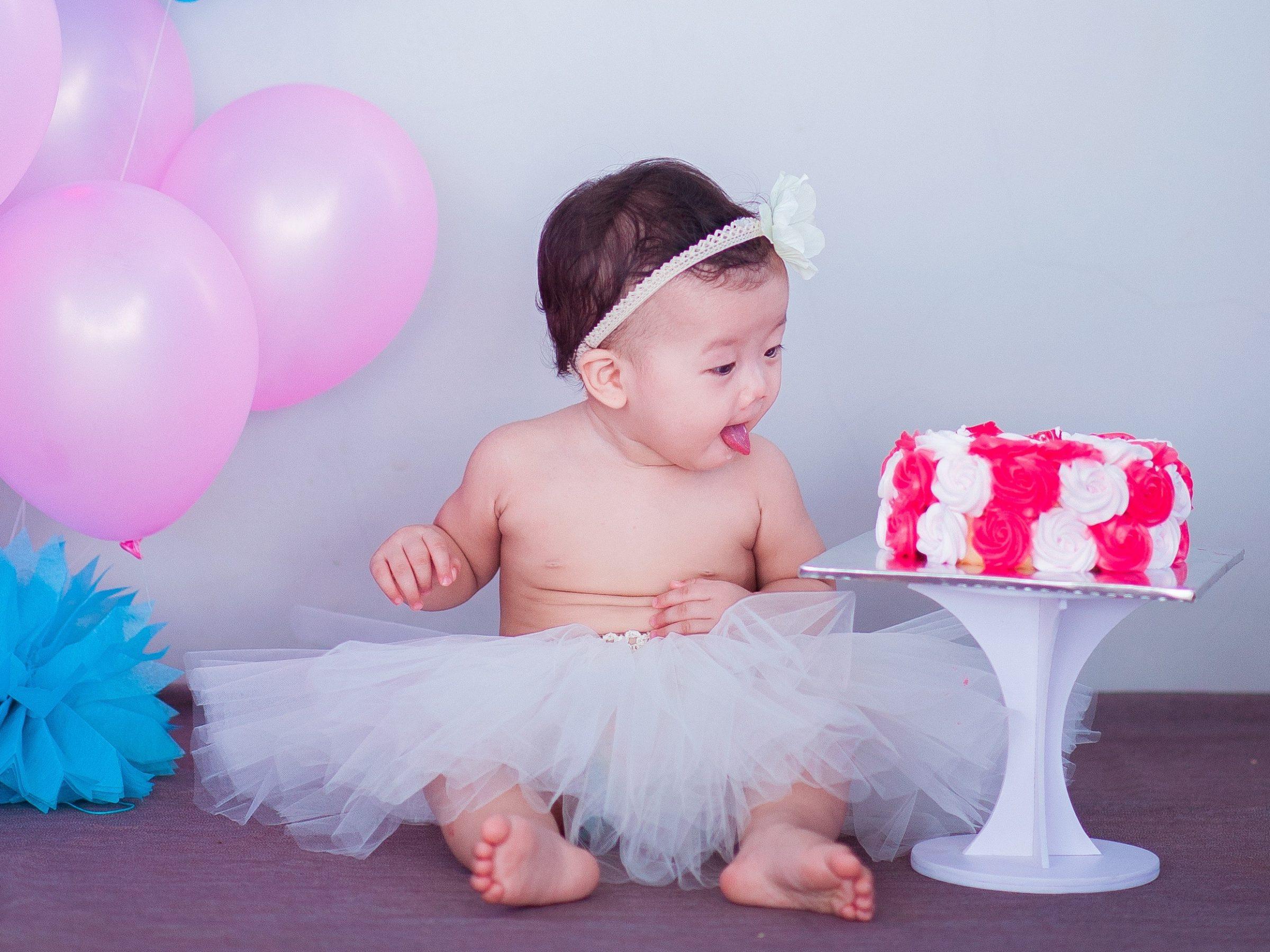Baby, ballonger och tårta